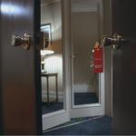 disubbidisce, dai gli hanno detto di non entrare e lui entra, se lo merita