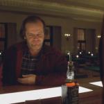 Servono Jack Daniels a Jack Nicholson che interpreta Jack Torrence